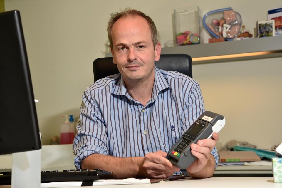 """""""Voor corona betaalde de helft van de patiënten elektronisch, nu is dat al 80 à 90 procent"""", zegt Pieter-Jan Van Landegem, huisarts in Hasselt."""