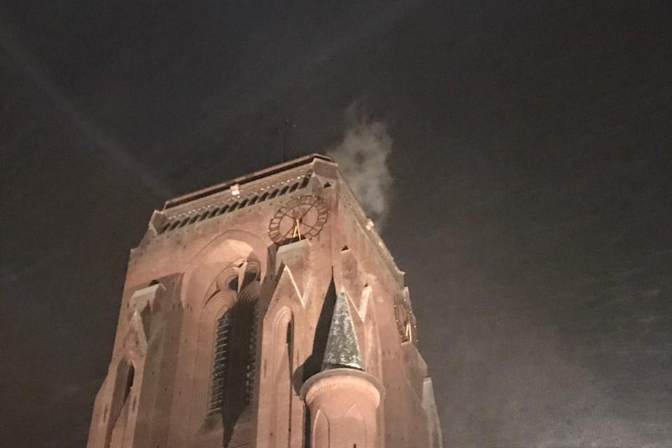 Nadat de verwarming was aangezet kwam er witte rook uit de kerktoren.