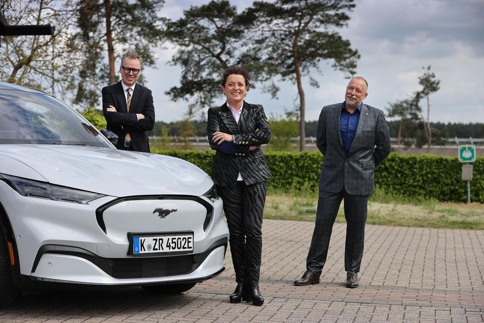 Van links naar rechts Peter Bertin, managing director Ford België, Vlaams minister Lydia Peeters en Koen Estievenart, site manager Lommel Proving Ground.