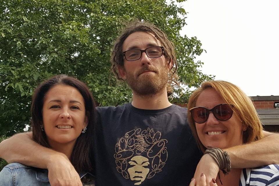 Kim (links) en Kelly (rechts) hopen de favoriete knuffel van hun overleden broer Leander terug te vinden.