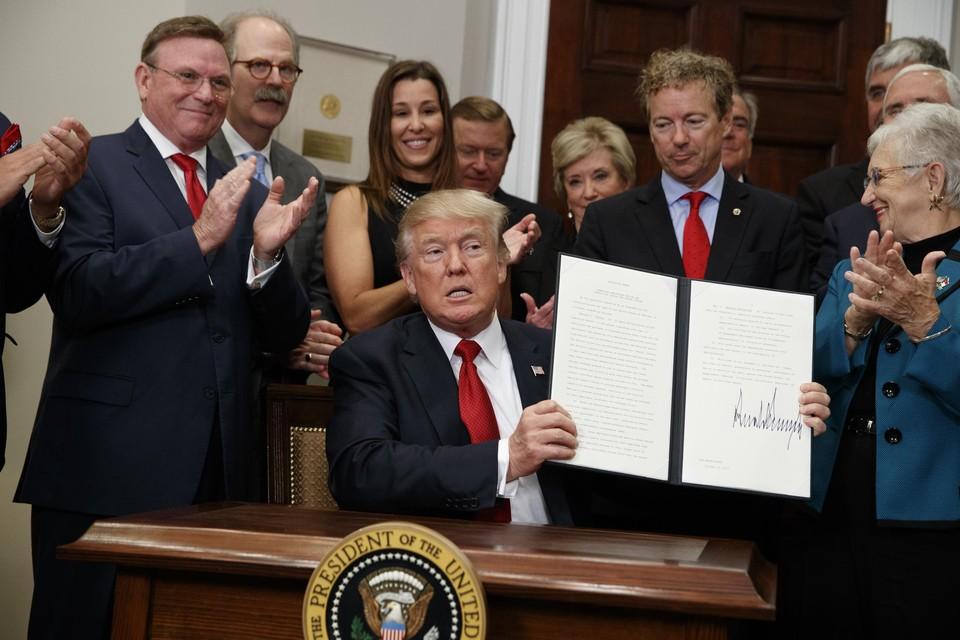 Oktober 2017. Opmerkelijk zijn ook de signeersessies in het Witte Huis. Steevast zet Trump een zeer forse handtekening en toont hij trots en omstandig het resultaat aan de verzamelde pers.