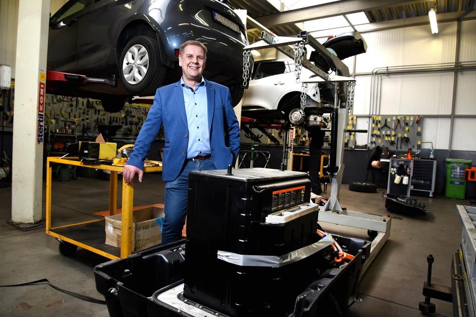 """Wilfried Paesmans bij de batterij van een elektrische Renault Fluence. """"Ruim 200.000 euro geïnvesteerd in elektrische mobiliteit."""