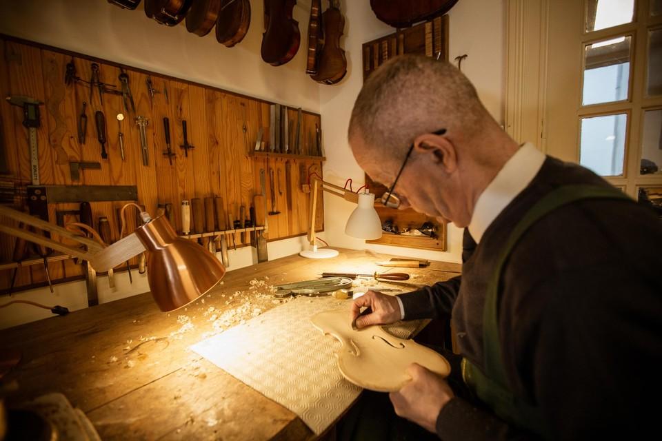 Vioolspecialist Jan Strick in zijn atelier.