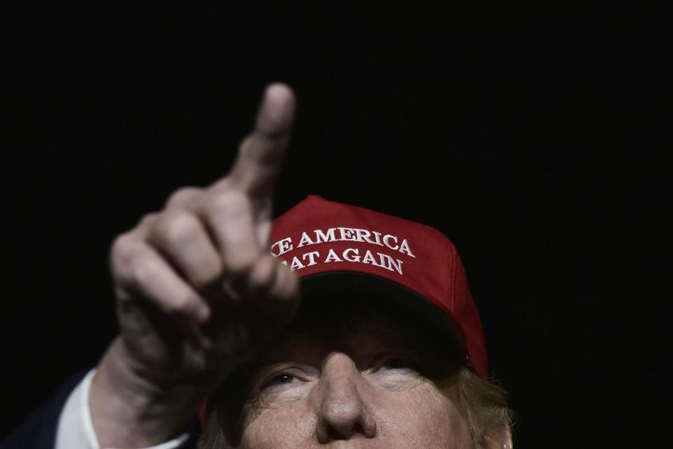November 2016. Trump op campagne met zijn typische rode petje. Van 'Make America Great Again' in 2016 switchte de merchandising naar 'Keep America Great' in de laatste campagne. Tevergeefs, want Biden boekte een great victory.