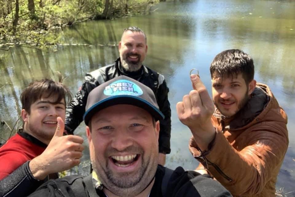 Vrijwilligers van gevonden-verloren vinden na 19 jaar de trouwring van Kenny zijn vader in een visvijver in Kaulille.