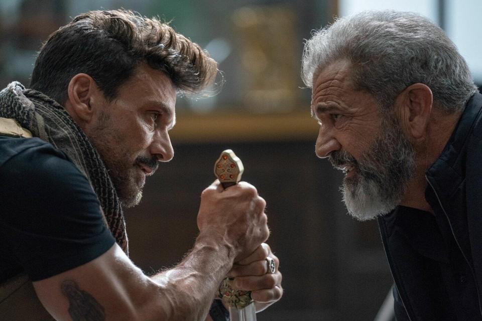 Frank Grillo raakt verstrikt in een tijdlus en moet dus eindeloos zijn dag herhalen om tot bij Mel Gibson te komen in 'Boss Level'.