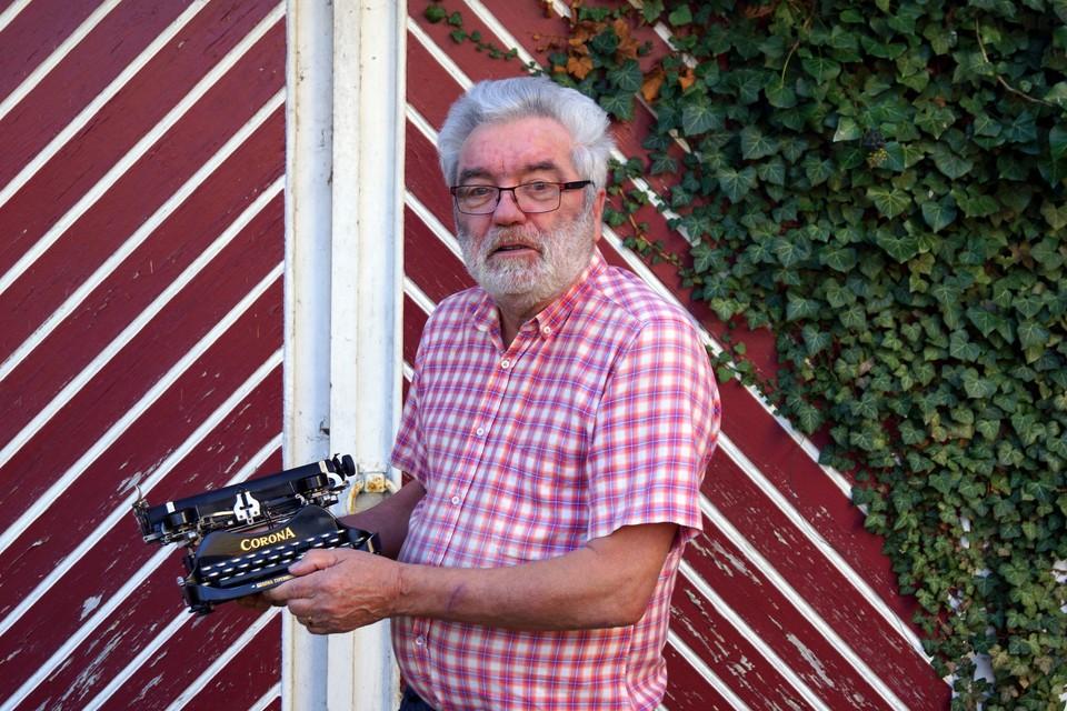 Schrijver-dichter Boudewijn Knevels heeft een oude schrijfmachine van het merk Corona in zijn persoonlijke collectie.