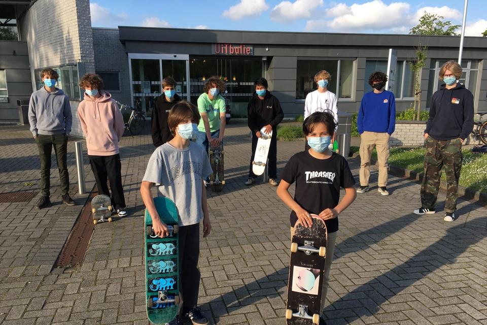 Tristan Ouzounakis (rechts) en zijn vrienden verzamelden heel wat handtekeningen voor het nieuwe skatepark.