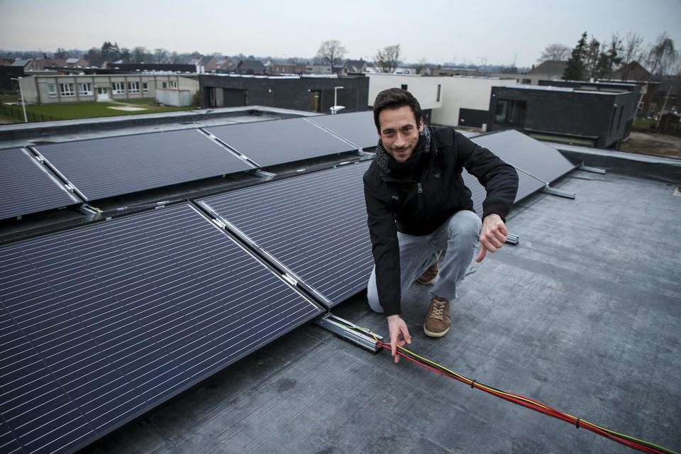 Met 24 zonnepanelen en een warmtepomp betekent de nieuwe regeling een financiële nachtmerrie voor Truienaar Tom Delsaer.