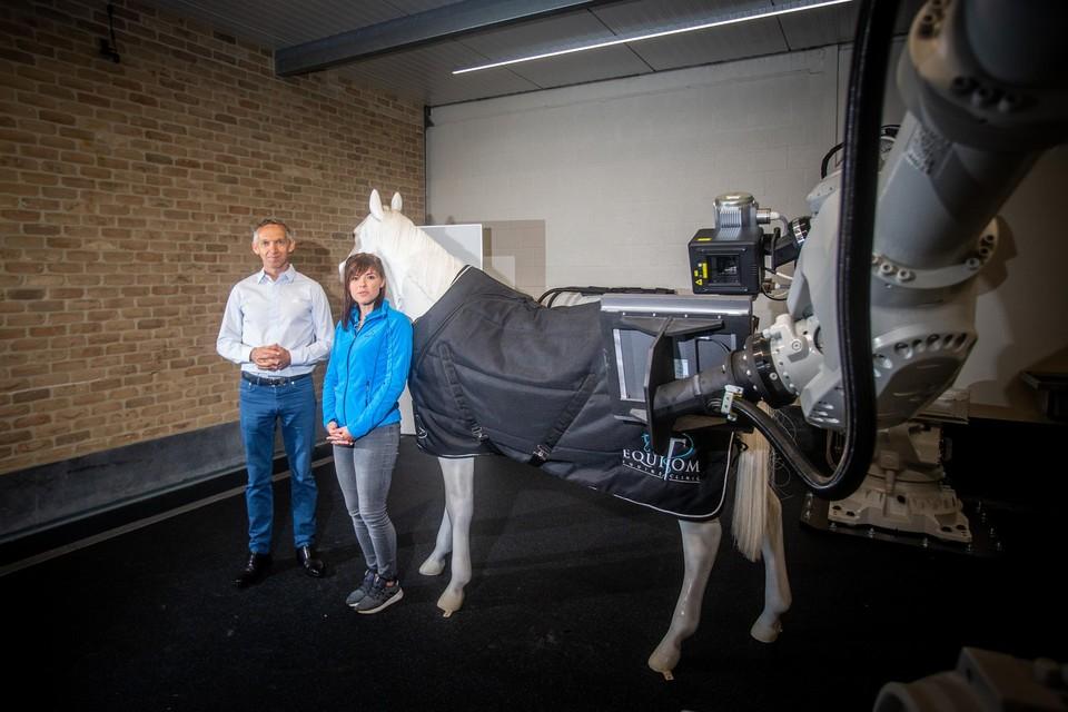 Paardenchirurg Tom Mariën van Equitom samen met specialiste medische beeldvorming Zoë Joostens.