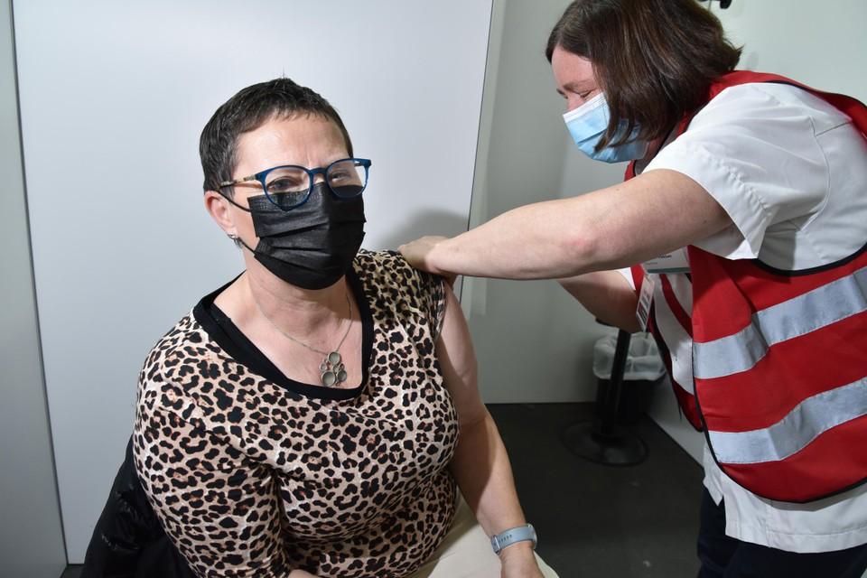 Ria Schildermans (63) kreeg dinsdag vervroegd haar prik in het vaccinatiecentrum van Hasselt dankzij haar registratie in Qvax.