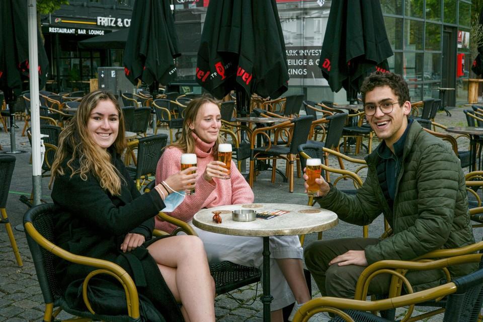 """Cedric, Sarah en Marine waren om klokslag 8 uur de eerste klanten bij café De Koestal, op het Hasseltse Dusartplein. """"We hebben uiteraard meteen pintjes besteld."""""""