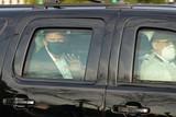 thumbnail: Oktober 2020. Ook al is hij besmet met het coronavirus én besmettelijk, toch stuurt hij zijn bewakers de gepantserde auto in om met hem een rondje langs zijn fans aan het Walter Reed hospitaal te rijden.