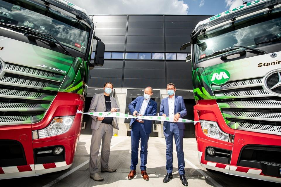 Van links naar rechts Raf Hustinx, burgemeester Wim Dries en Gunther Gielen.