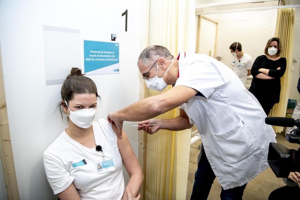 In Vlaanderen ligt de vaccinatiebereidheid van het zorgpersoneel erg hoog, maar in de Waalse en Brusselse woonzorgcentra wil amper één op de twee medewerkers zich laten inenten.
