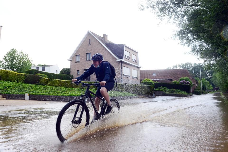 Wolkbreuken kunnen lokaal tot wateroverlast leiden.