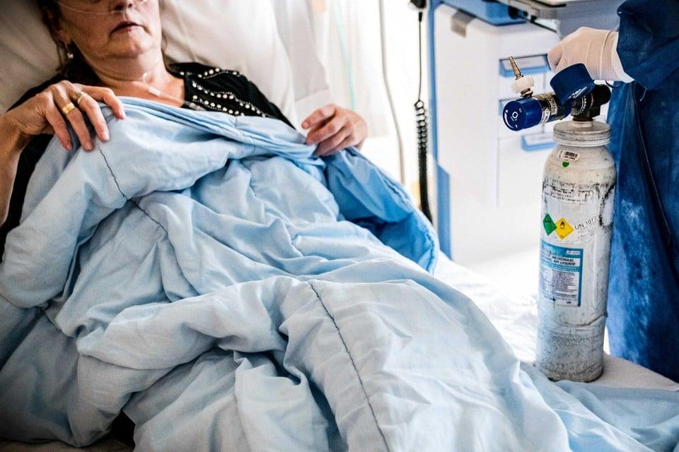 In de leeftijdscategorie boven de 70 jaar raken op weekbasis in Limburg nog amper 10 mensen besmet.