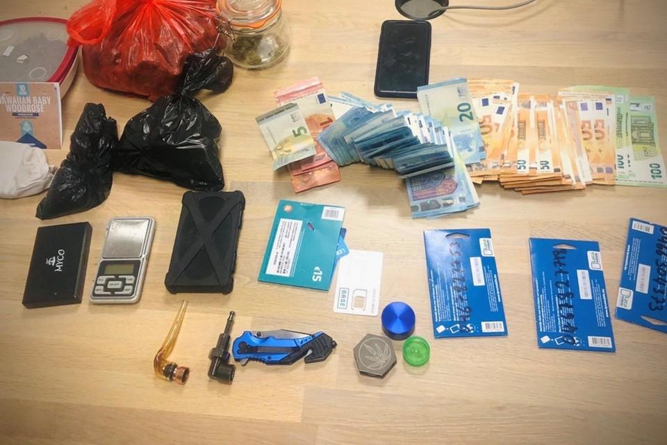 Bij de huiszoeking werden veel cash en drugs aangetroffen.