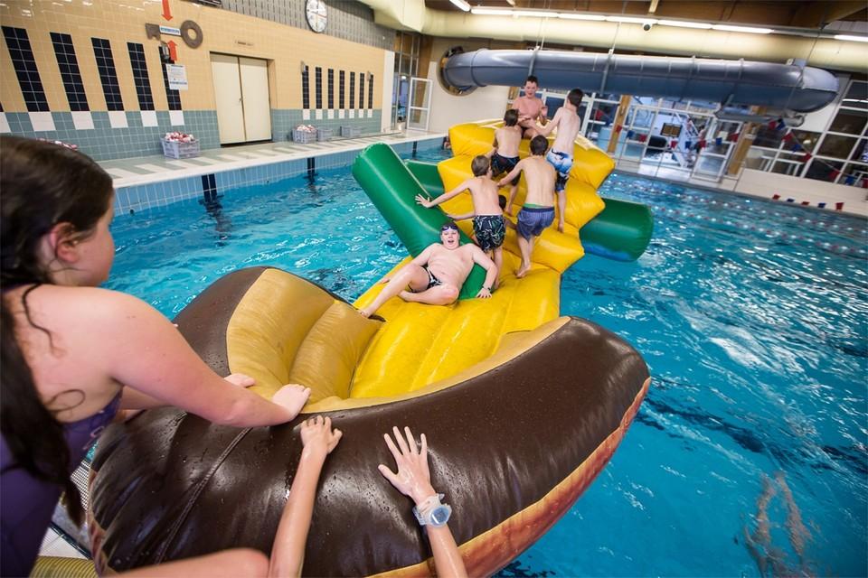 """""""Bilzen heeft al jaren een traditie in duurzaamheid. Ons zwembad was destijds een van de eerste met een warmtekrachtkoppeling"""", zegt burgemeester Johan Sauwens."""
