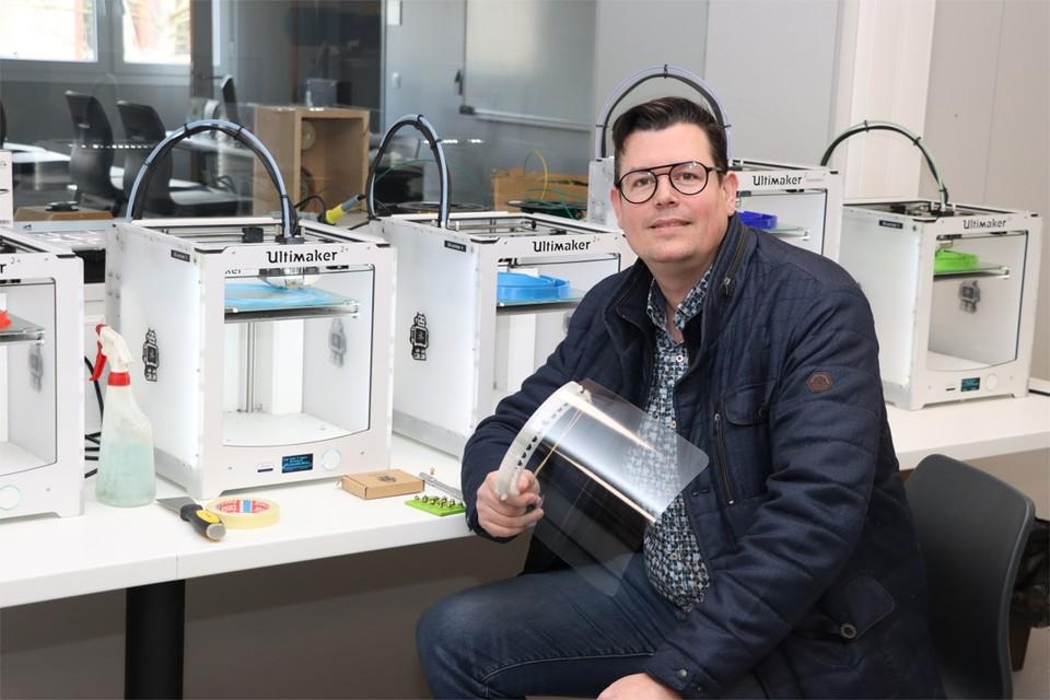"""Edwin Biesmans uit Uikhoven met zijn zelf ontworpen gezichtsmasker. """"Ik had deze ontworpen op een 3D-printer voor mezelf, maar plots wil heel België ze."""""""