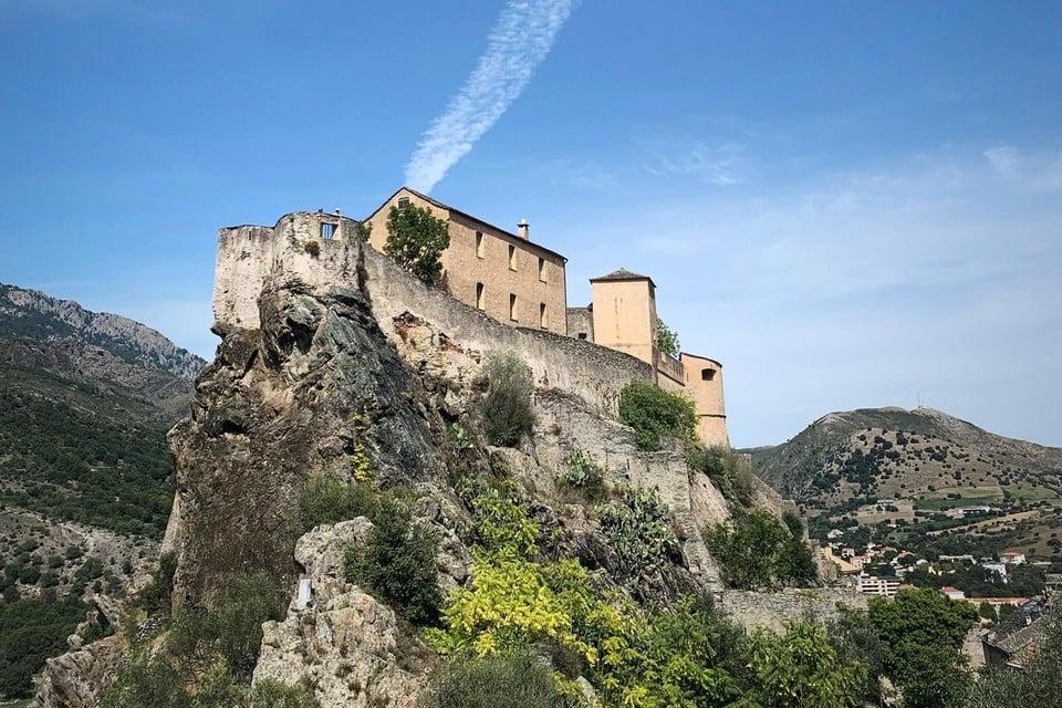 De citadel van Corte torent boven de omgeving uit. Enkel de bergen doen er nog een schepje bovenop.