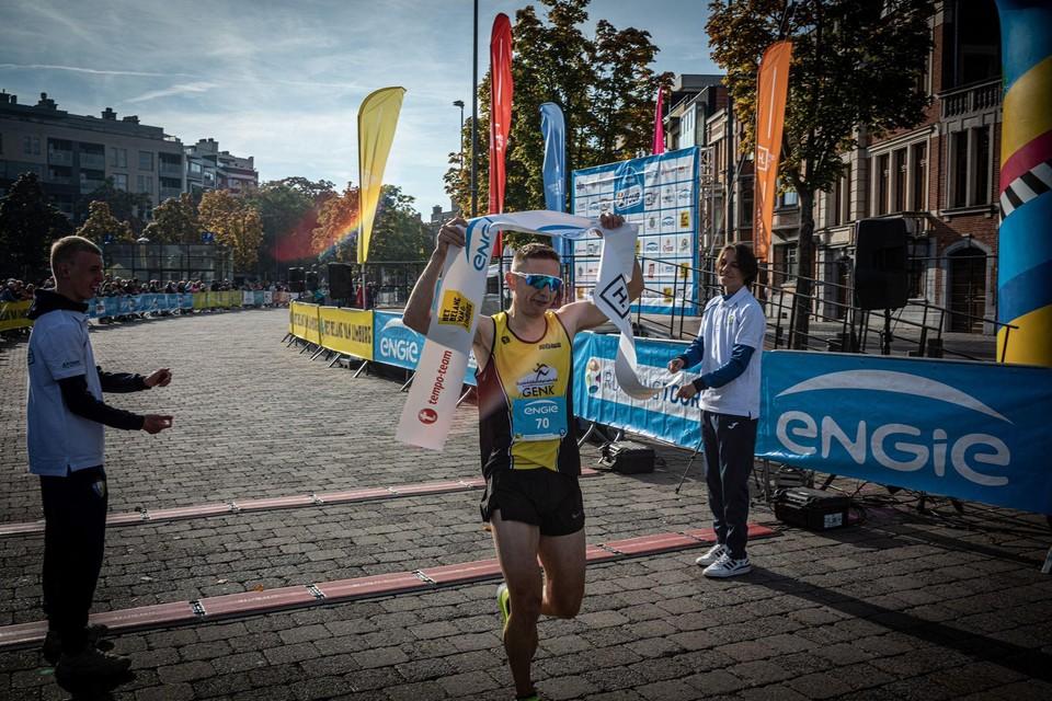 Genkenaar Wouter Simons legde de 15 kilometer bij de mannen als snelste af.