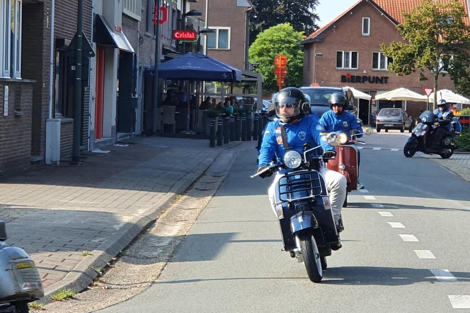 Vespa club Meeuwen vertrekt voor jaarlijkse toertocht.