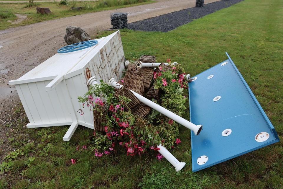 Een gloednieuwe bloemenkar werd door vandalen totaal vernield.
