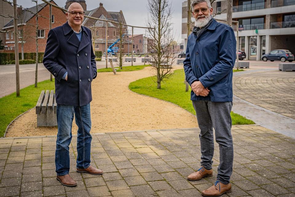 Burgemeester Fons Verwimp en burgemeester Marc Heselmans aan het gemeentehuis in Ham.