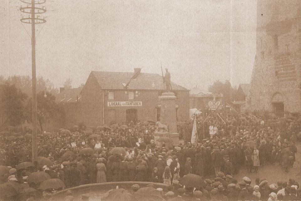 Het hele dorp deed vroeger mee met de jaarlijkse processie. Na afloop werd er verzameld op het Dorpsplein. Daarna kon de kermis beginnen.