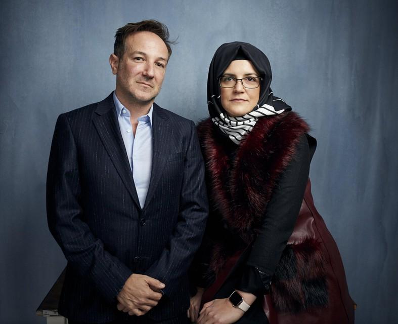 """Documentairemaker Bryan Fogel met Hatice Cengiz, de weduwe van Khashoggi. Ze zijn vooral ontgoocheld in Amazon dat """"The Dissident"""" zelfs niet tegen betaling wil aanbieden om de goede banden met de Saudi's niet te schaden."""