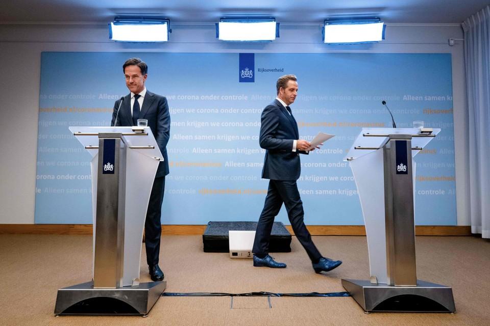 Demissionair premier Mark Rutte en minister voor Volksgezondheid Hugo de Jonge op de persconferentie om de coronamaatregelen toe te lichten.
