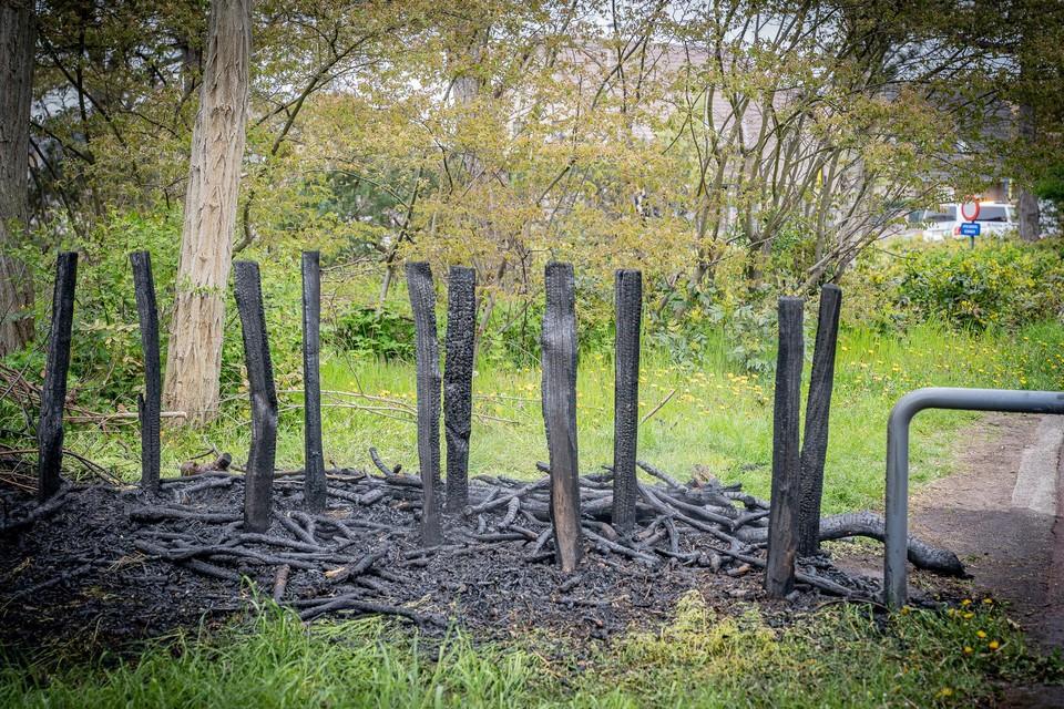De houten afrastering is volledig afgebrand.