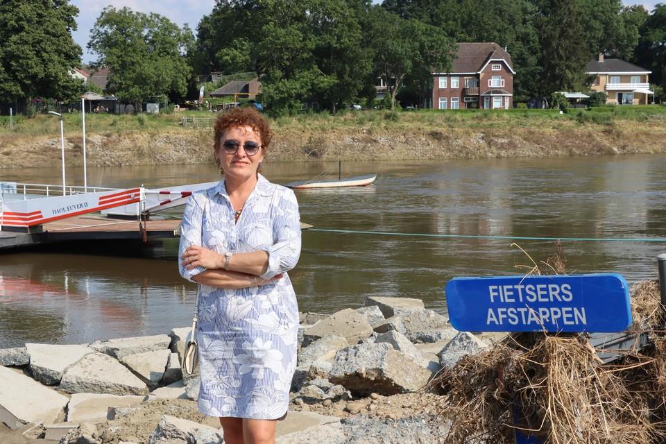 """Minister Lydia Peeters bij haar bezoek aan de ravage bij de pont. """"Deze verbinding tussen België en Nederland moet zo snel mogelijk weer actief zijn"""", zegt de Vlaams minister van Mobiliteit."""