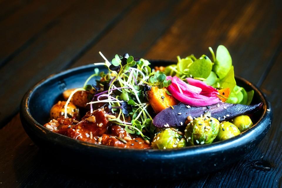 Onder meer op het afhaalmenu bij Vangroenten: rode biet met walnoten en chili con seitan.
