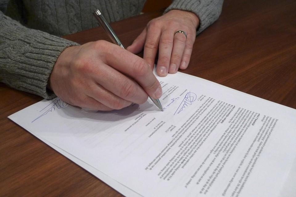 De vermelding 'gelezen en goedgekeurd' is niet strikt noodzakelijk. Als u een contract tekent, dan mag men ervan uitgaan dat u het heeft gelezen en goedkeurt.