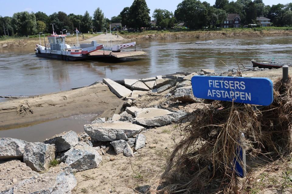 De toegangsweg naar het autoveerpont in Meeswijk (Maasmechelen) is door een krachtige Maas totaal verwoest. De ravage is pas dinsdag zichtbaar geworden toen de Maas verder daalde.