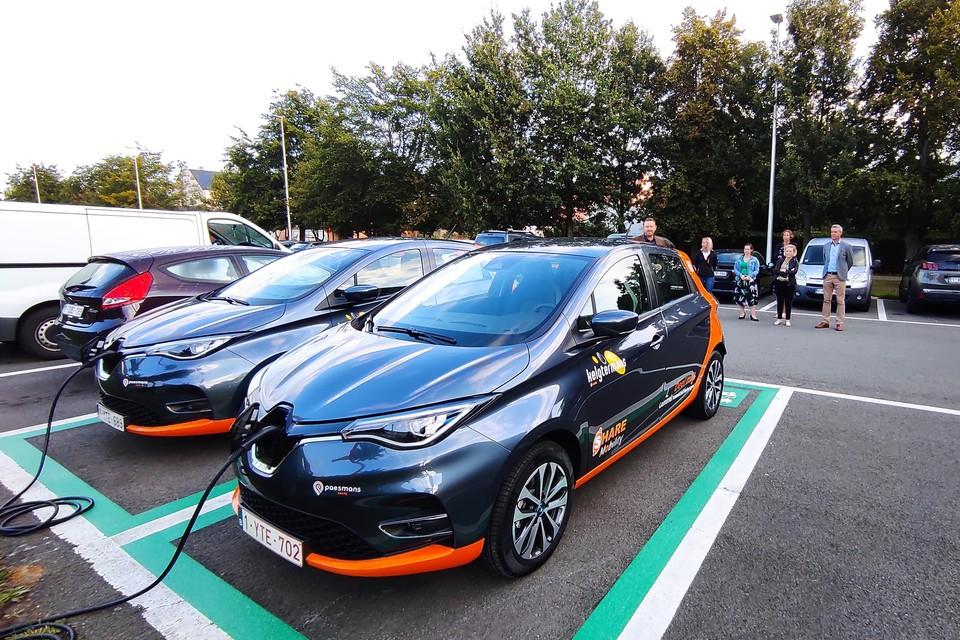De elektrische deelwagens werden donderdag voorgesteld op de parking aan het stadhuis waar ze hun vaste standplaatsen met bijhorende laadpaal hebben gekregen.
