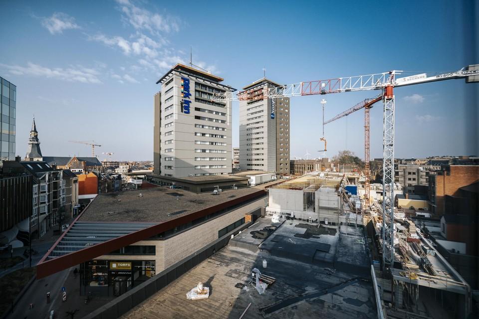 De werken aan het negen verdiepingen tellende nieuwe hoofdkantoor van De Voorzorg in Hasselt-centrum.