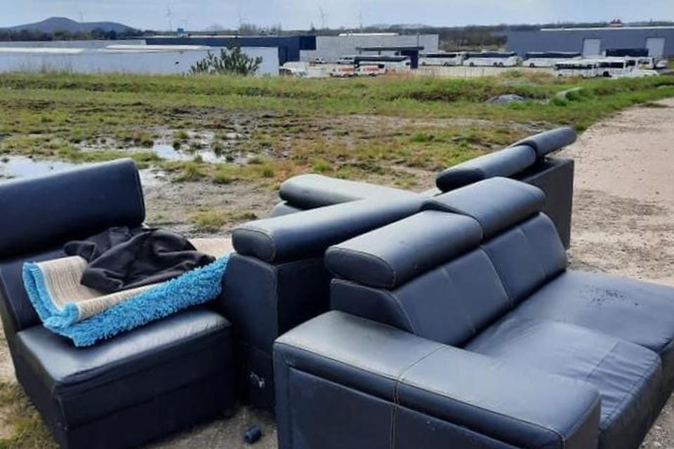 Onder meer zetels, een tapijt en een vloerdoek werden gedumpt op de terril in Zwartberg langs een pad dat bereikbaar is met een voertuig.