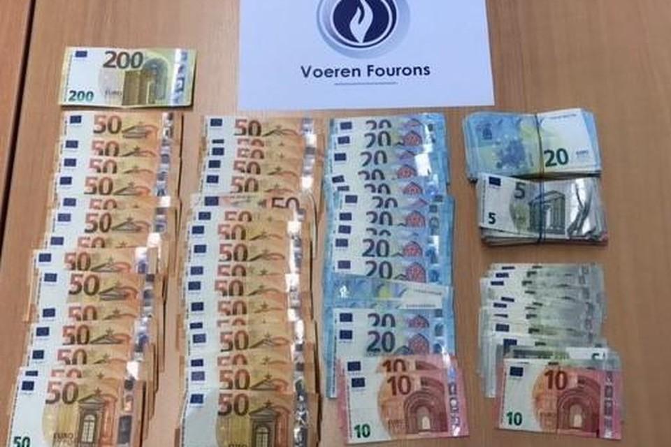 In totaal werd voor 5.000 euro aan cash geld aangetroffen.