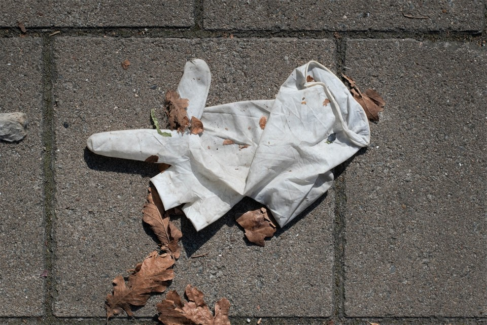 """Wegwerphandschoenen zijn het nieuwe zwerfvuil. Ook plastic lijkt terug van weggeweest. """"De hoeveelheid zwerfvuil stijgt schrikwekkend tijdens de quarantaine"""", zegt Ilse Luypaert, woordvoerder van Limburg.net."""