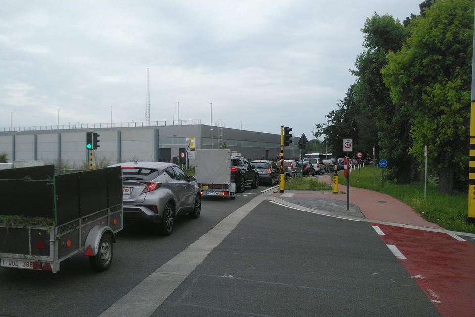 De file staat tot op het drukke kruispunt van de Crutzenstraat met de Kuringersteenweg.
