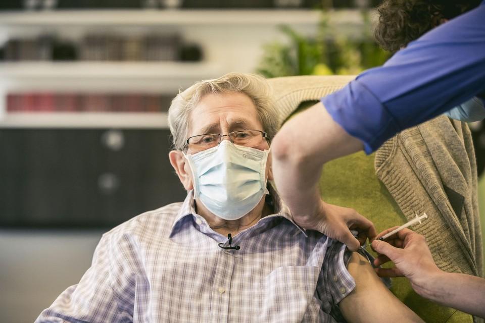 Roger Sterckendries (83) krijgt vandaag als eerste Limburger een tweede prik met het Pfizer-vaccin.