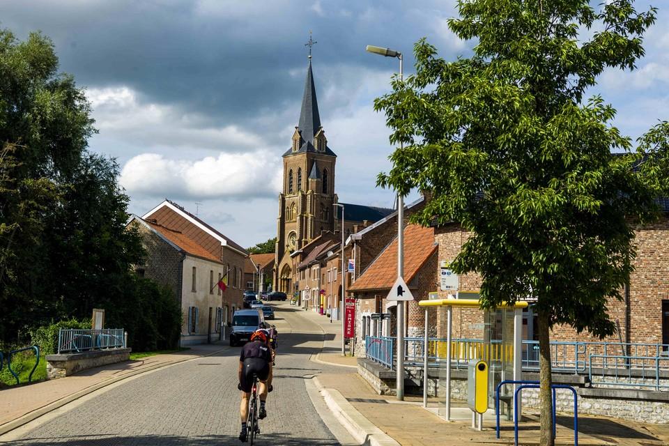 Lauw-dorp aan de Jeker: geen winkels meer, geen cafés meer, nauwelijks verenigingen, maar wel voldoende wielertoeristen.