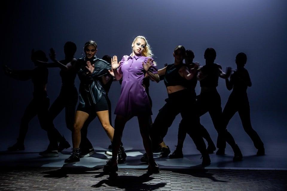 Volgende week brengt Camille Dhont haar debuutalbum uit, met daarop een eerbetoon aan musicalacteur Arne Decock.