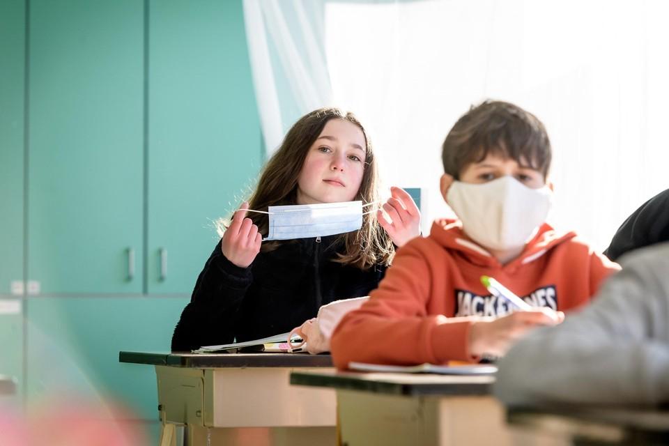 De Belgische Academie voor Geneeskunde roept op om de huidige coronamaatregelen op te schorten in scholen voor kinderen onder de twaalf jaar(themabeeld)