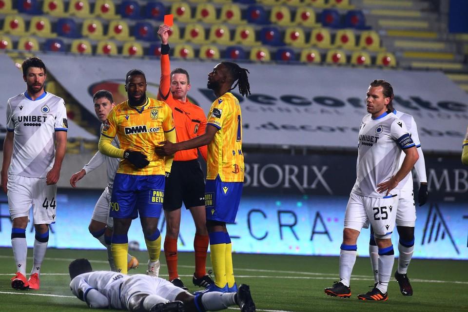 Nazon kreeg rood van ref Put na een slaande beweging richting Club-verdediger Kossounou en onderling duw- en trekwerk.