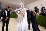 thumbnail: Zangers Grimes, met zwaard. Ze is de vriendin van Tesla-oprichter Elon Musk en moeder van X AE A-XII Musk.