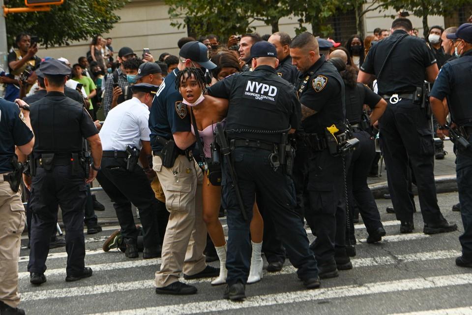 Buiten ging het er minder gemoedelijk aan toe. Een Black Lives Matter-protest botste met de politie.
